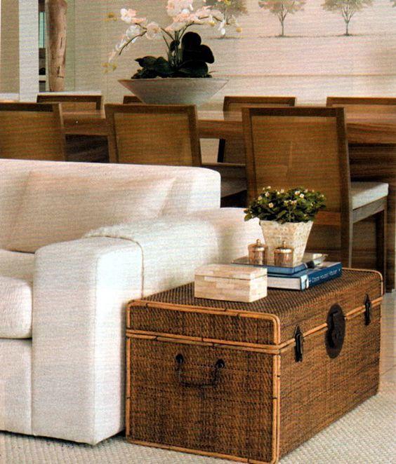 Sala de estar com bau de madeira