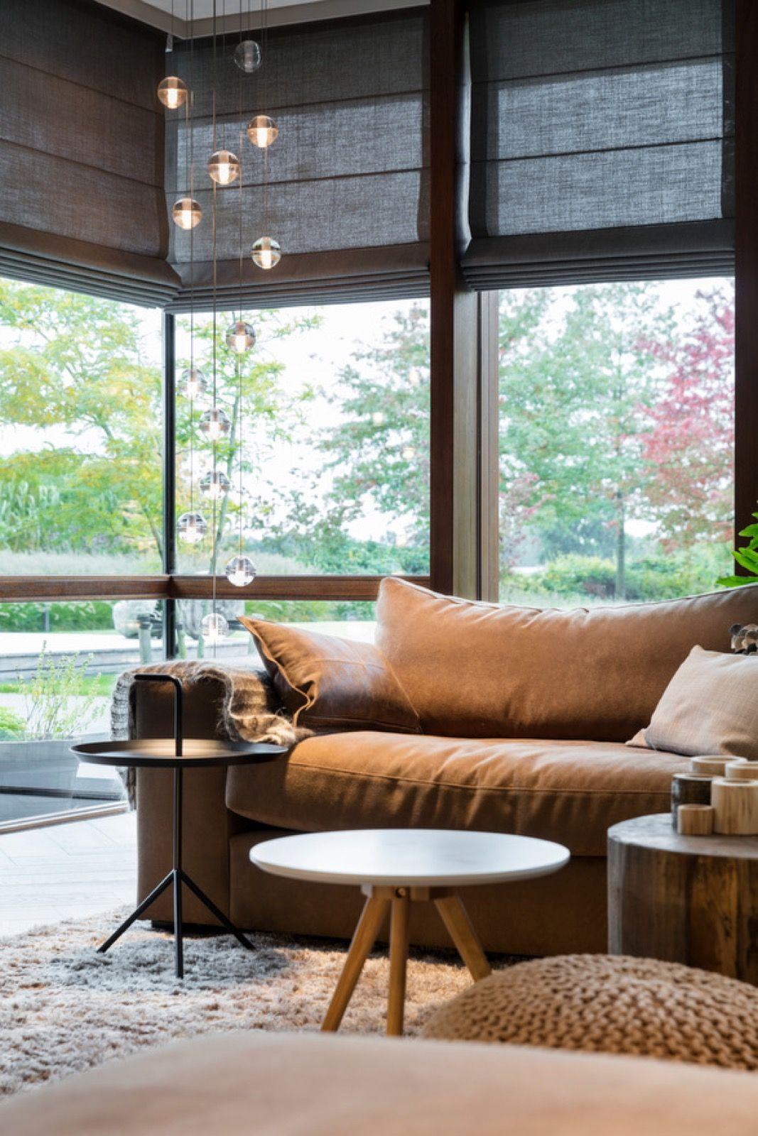 Sala de estar com janelas de vidro e persiana preta