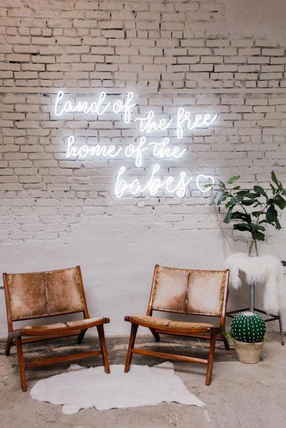 Sala de estar com letreiro em luz neon