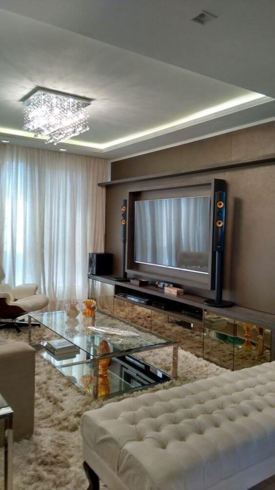 Sala de estar com lustre quadrado de cristal