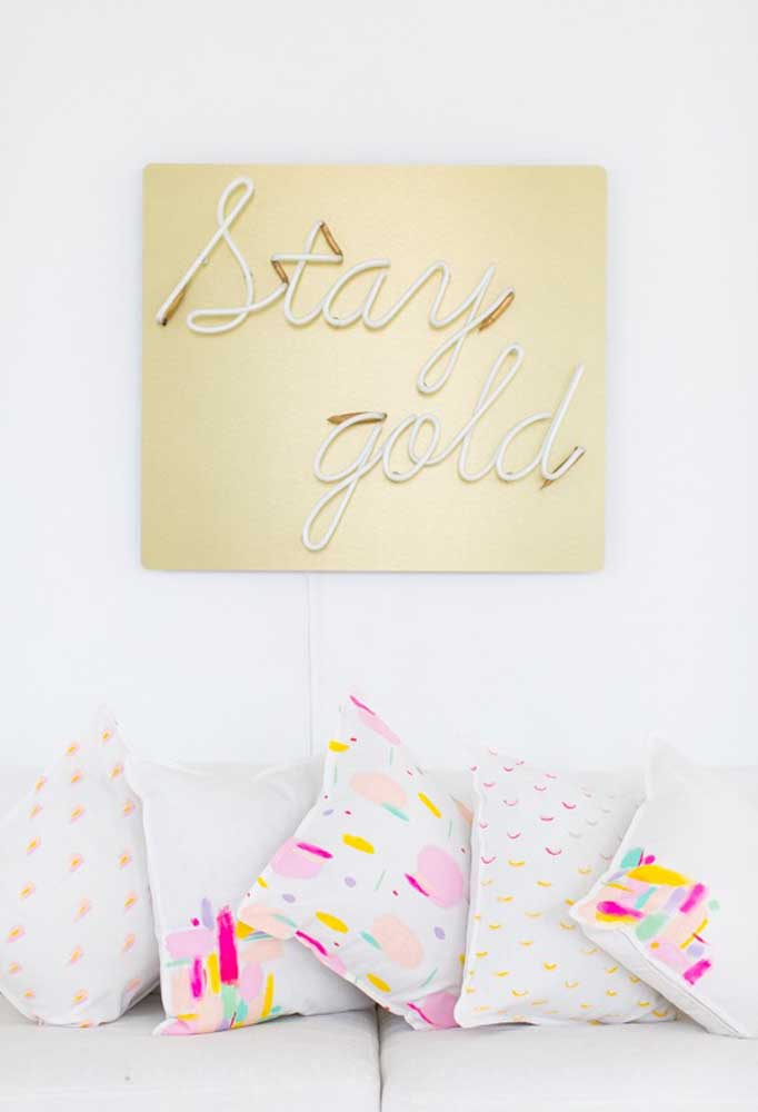 Sala de estar com luz neon dourada na parede do sofá