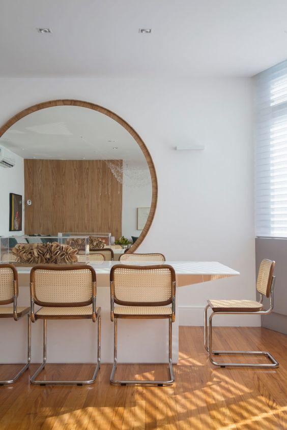 Sala de estar com moldura redonda de madeira