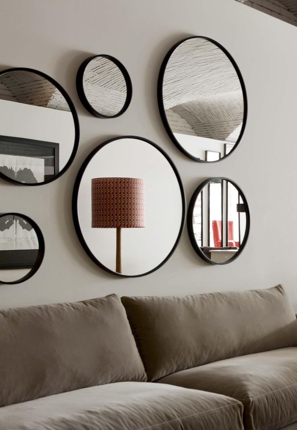 Sala de estar com moldura redonda preta