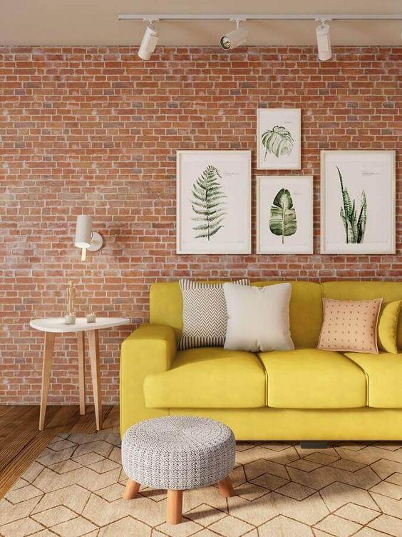 Sala de estar com papel de parede rustico com sofa amarelo