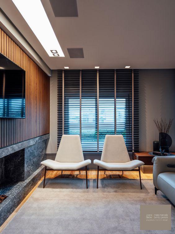 Sala de estar com persiana preta de madeira
