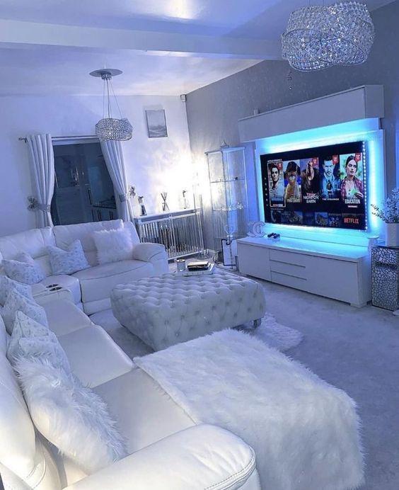 Sala de estar com televisão iluminada
