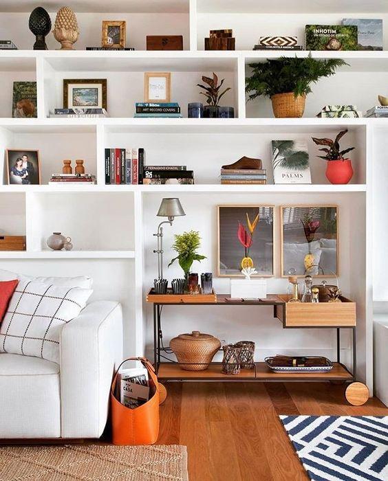 Sala de estar com uma estante planejada e enfeites variados