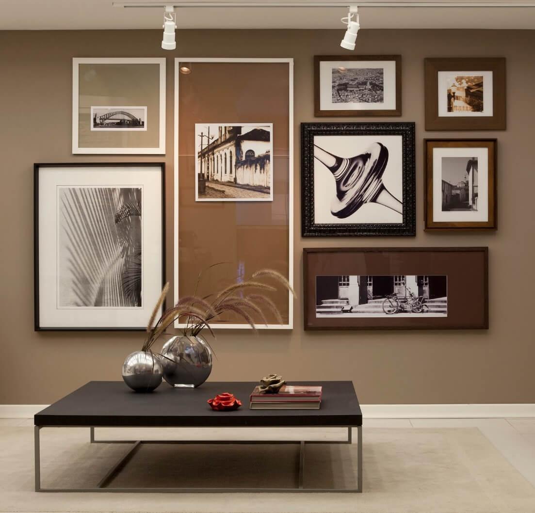 Sala de estar decorada com quadros e decoração em tons de marrom