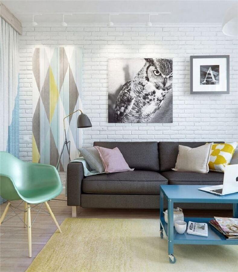 Sala de estar decorada com sofá cinza e cadeira verde menta  Foto Behance