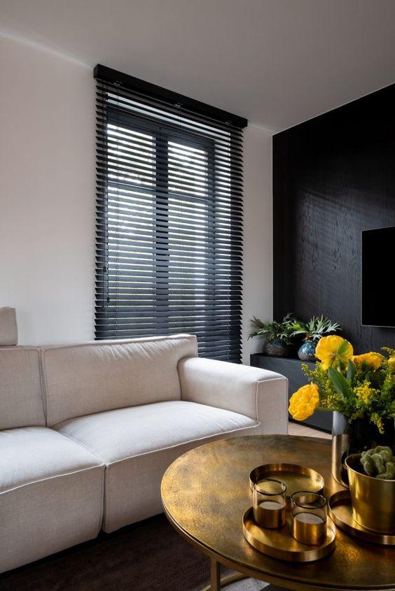 Sala de estar neutra com persiana preta