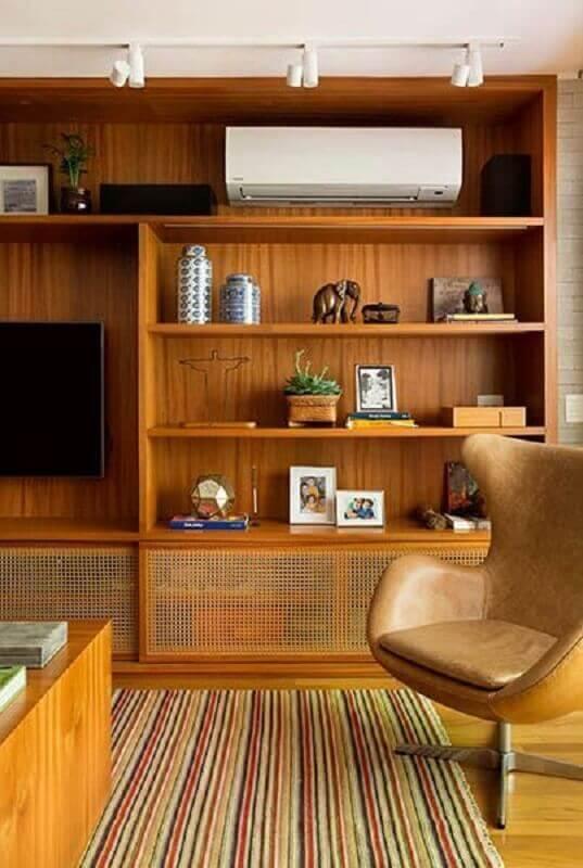 Sala de estar rustica com enfeites para estante