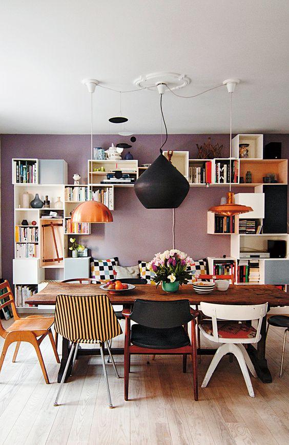 Sala de jantar com cadeira retrô colorida e versatil