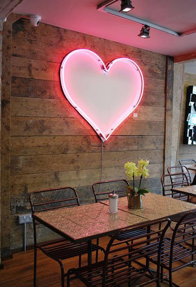 Sala de jantar com espelho de luz neon