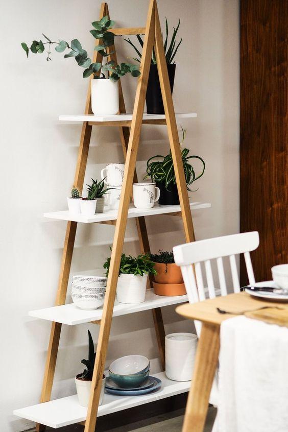 Sala de jantar com estante cavalete escada