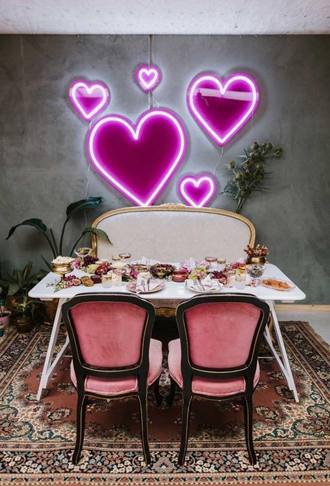 Sala de jantar com luminária luz neon