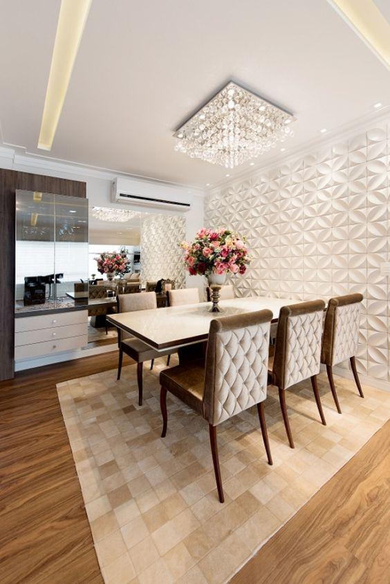 Sala de jantar com lustre quadrado de cristais