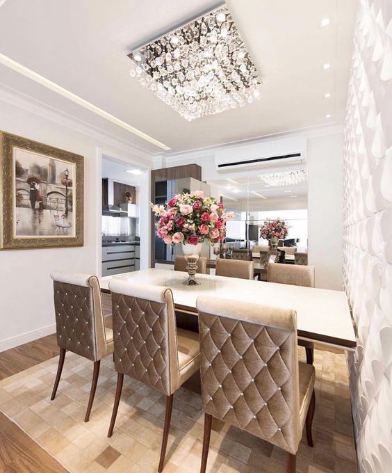 Sala de jantar com lustre quadrado de cristais na decoração