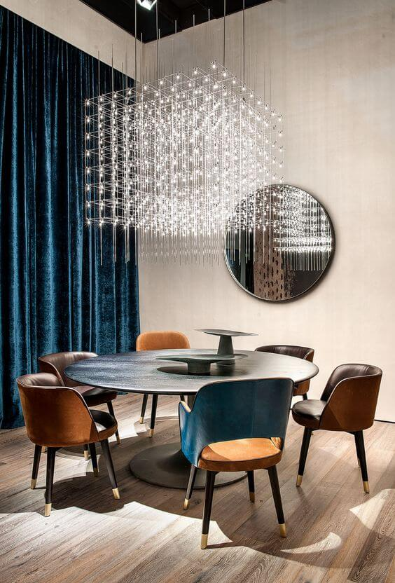 Sala de jantar com lustre quadrado de cristal pendente acima da mesa