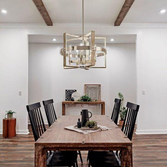Sala de jantar com lustre quadrado metalizado