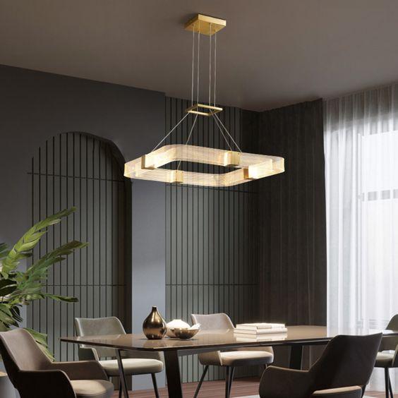 Sala de jantar com lustre quadrado pendente no centro da mesa
