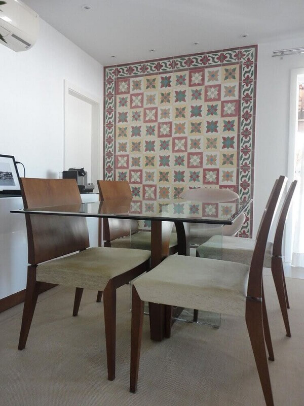 Sala de jantar com parede emoldurada em revestimento cerâmico de ladrilho hidráulico. Fonte: Pinterest