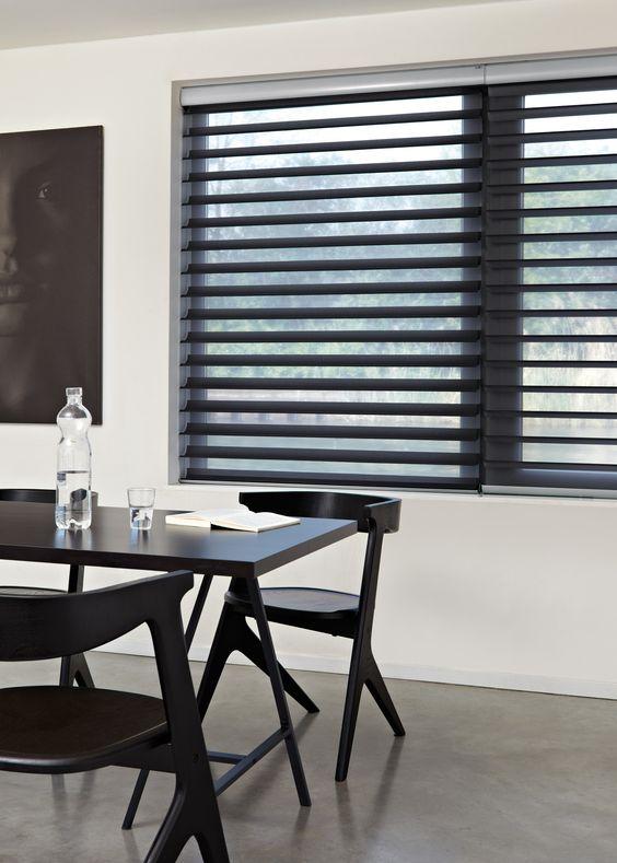 Janela com persiana preta na sala de jantar