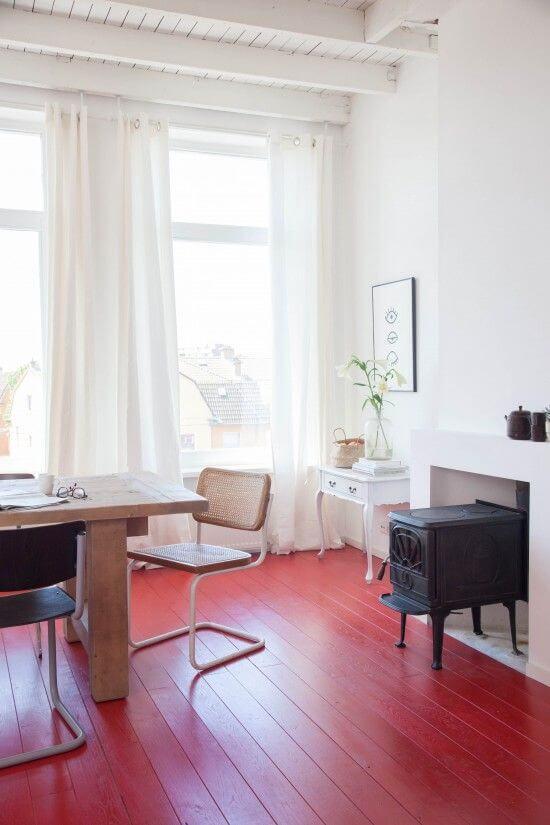 Sala de jantar com piso pintado vermelho