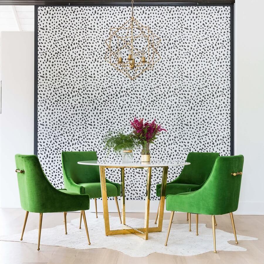 Sala de jantar decorada com mesa redonda e cadeira estofada verde  Foto Pinterest