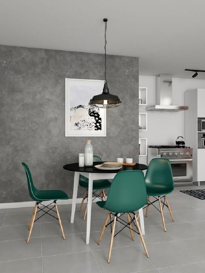 Sala de jantar decorada com parede de cimento queimado e cadeira eames verde escuro Foto Pinterest
