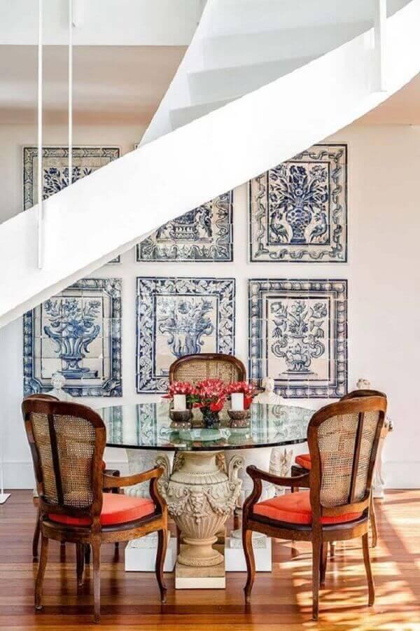 Sala de jantar decorada com revestimento cerâmico de azulejos portugueses. Fonte: Pinterest
