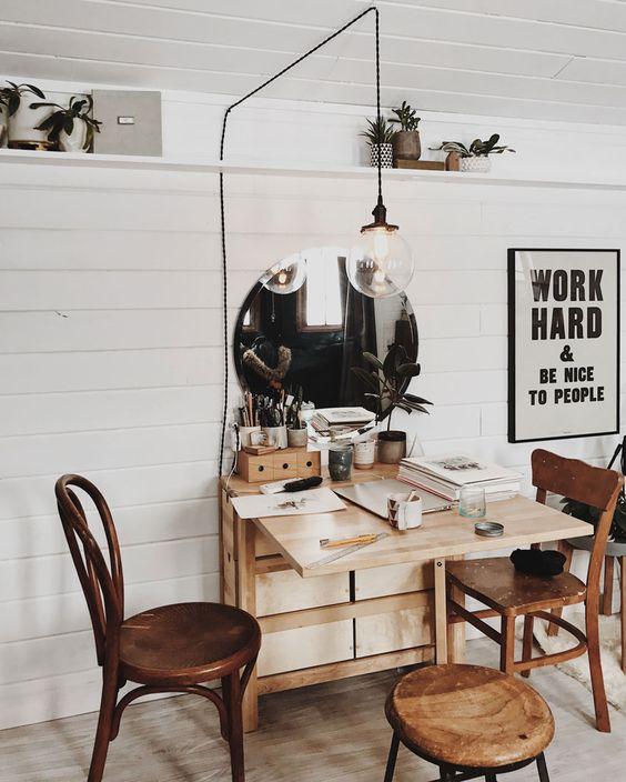 Sala de jantar pequena com mesa dobrável