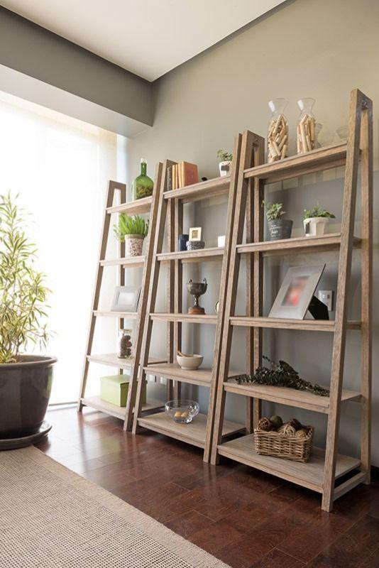 Sala decorada com estante cavalete