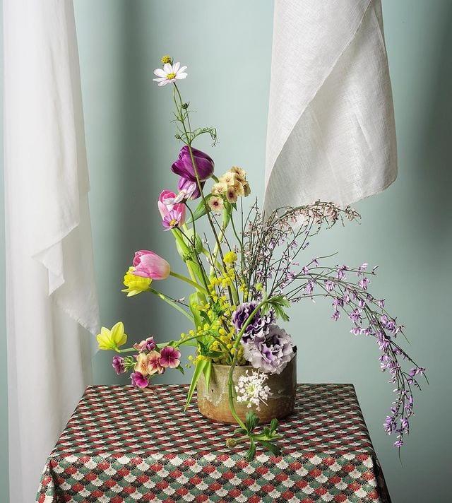 Sala decorada com ikebana em tons de roxo