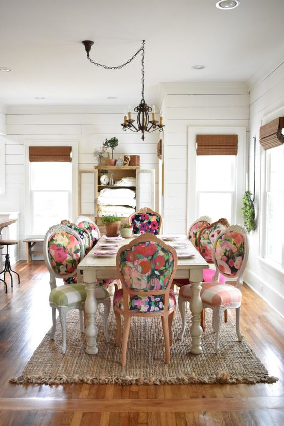 Sala grande decorada com cadeira retrô vintage colorida e floral