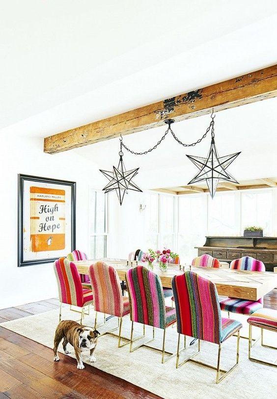 Sala grande decorada com cadeiras retrô coloridas