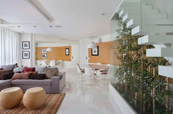Sala grande decorada com jardim de inverno abaixo da escada