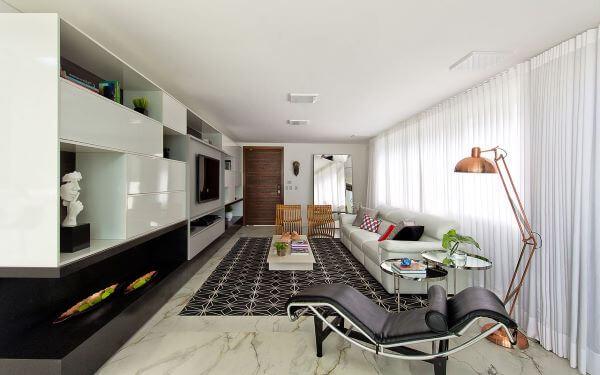 Sala grande decorada com móveis planejados em preto e branco