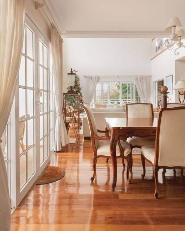 Sala grande decorada com porta branca francesa de vidro