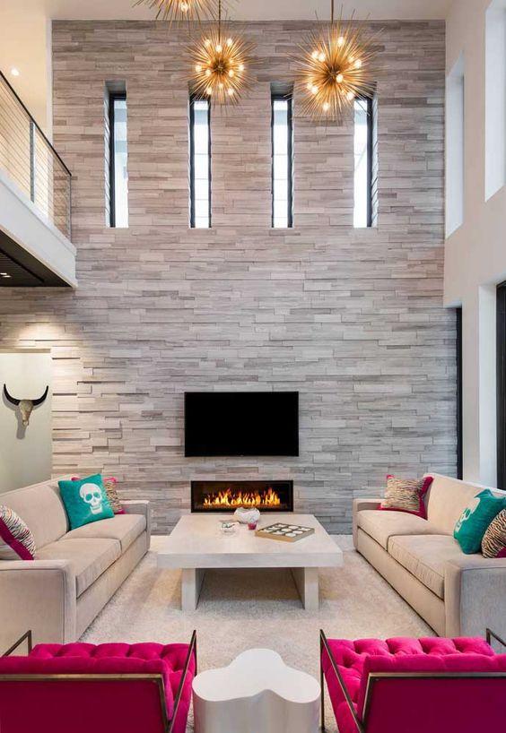 Sala grande decorada com revestimento bege de pedra