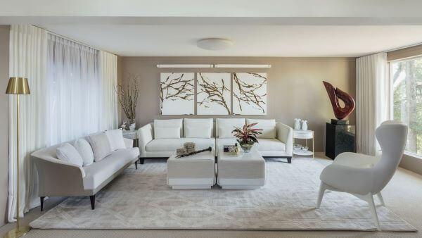 Sala grande decorada com tons claros