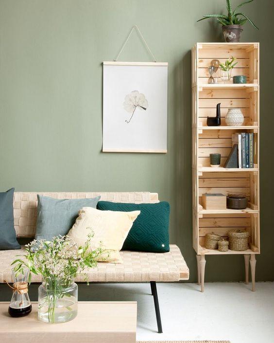 Sala rústica com mini estante de madeira ao lado do sofá