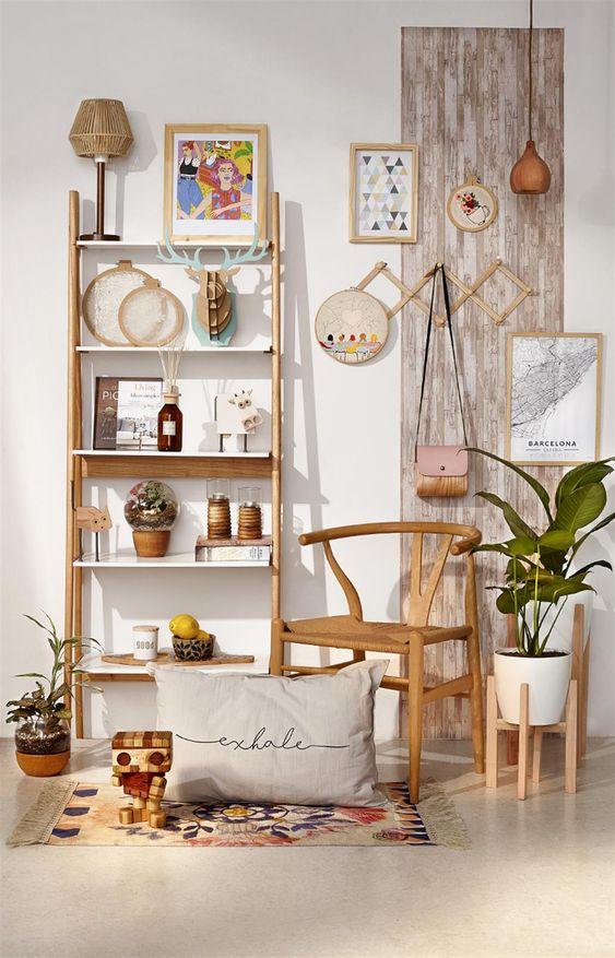Sala rustica com estante cavalete de madeira