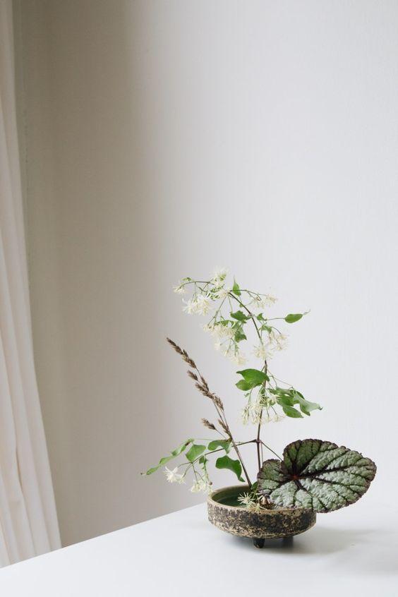 Sala simples com ikebana na decoração
