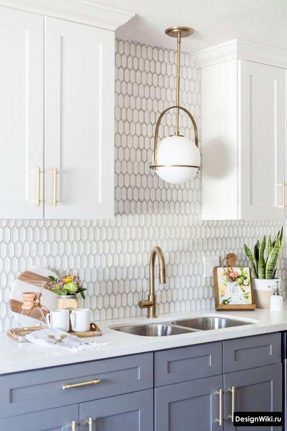Silestone branca para cozinha moderna com armários azuis
