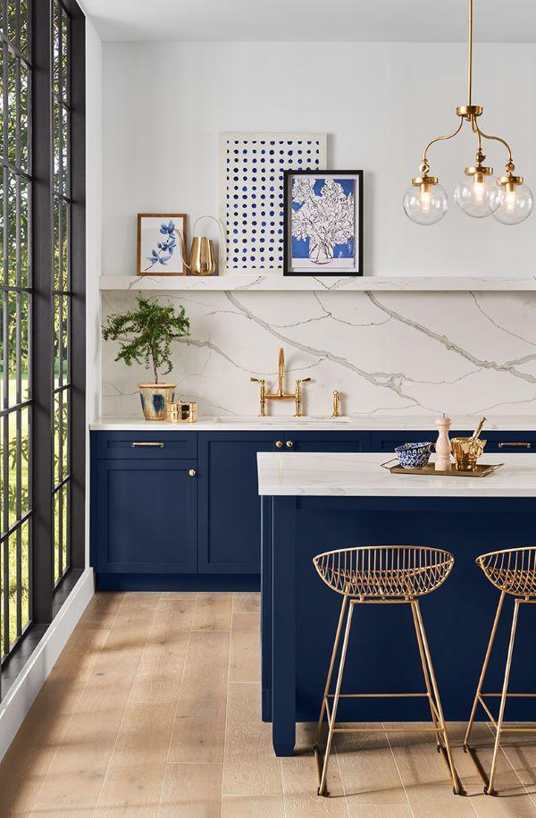 Silestone branco na bancada e ilha gourmet e revestimento marmorizado na parede