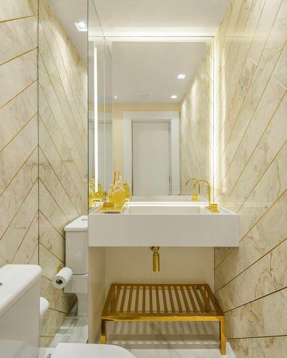 Silestone branco para banheiro com detalhes em dourado