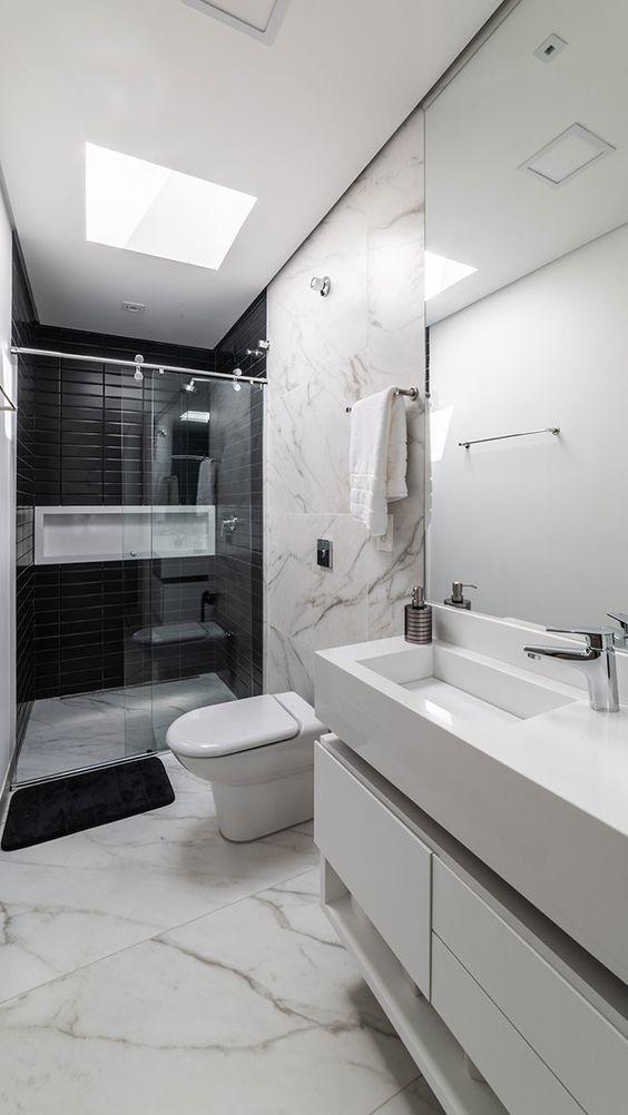 Silestone branco para banheiro moderno com piso de mármore