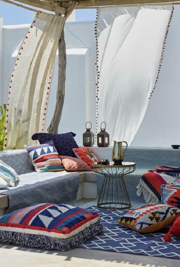 Tecidos leves e almofadas estampadas são ótimas ideias de decoração indiana. Fonte: Pinterest