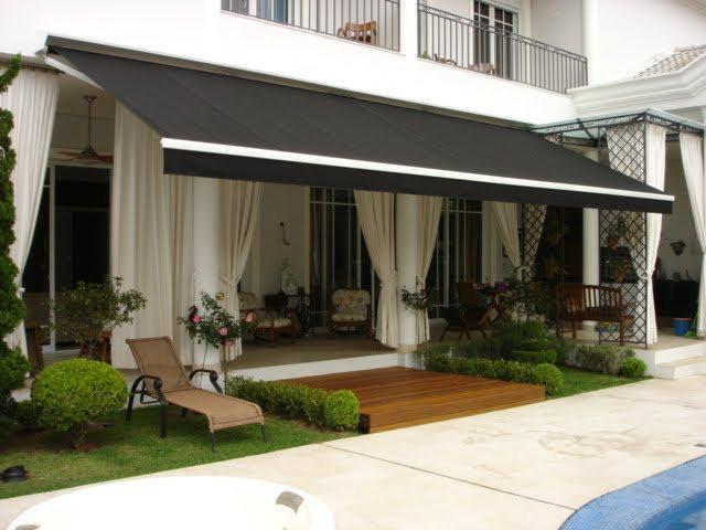 Toldo para varanda articulado na cor preta com parede externa creme