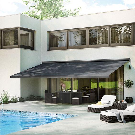 Toldo para varanda preto na varanda moderna com piscina